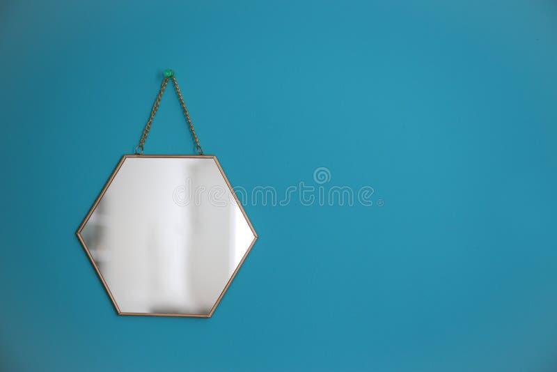 Ejecución del espejo en la pared vacía foto de archivo