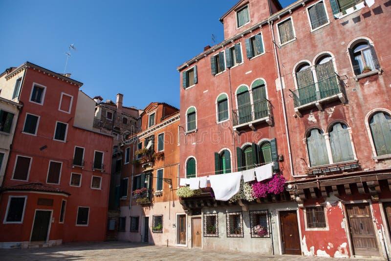 Ejecución del lavadero fuera de una fachada veneciana típica foto de archivo