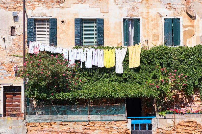 Ejecución del lavadero fuera de una fachada veneciana típica Italia fotografía de archivo