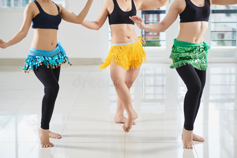 Ejecución del movimiento de la danza de vientre imagenes de archivo