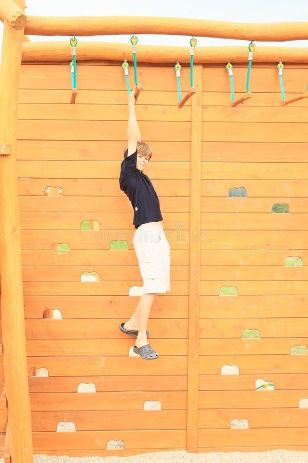 Download Ejecución Del Muchacho En Carrera De Obstáculos Foto de archivo - Imagen de cabrito, wooden: 42439452