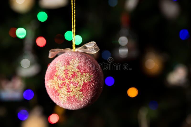 Ejecución del ornamento de la bola de la Navidad de la escama de la nieve en el árbol de navidad fotos de archivo libres de regalías