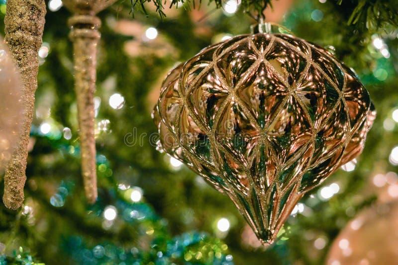 Ejecución del ornamento de la Navidad del oro en árbol foto de archivo