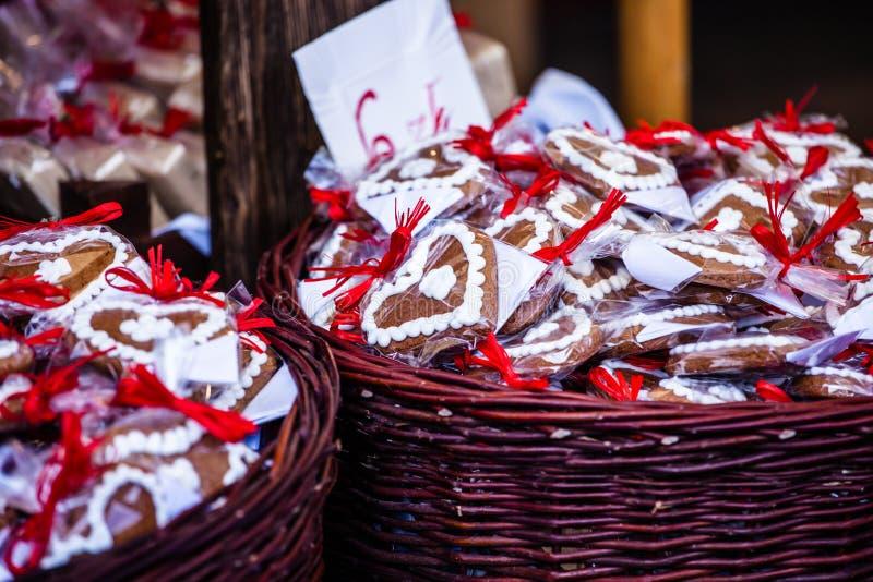 Ejecución del pan de jengibre en el mercado de la Navidad en Polonia foto de archivo libre de regalías