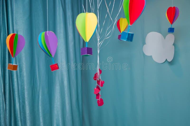 Ejecución desde arriba del globo de papel colorido con el fondo y las nubes del cielo azul La papiroflexia hizo la nube colorida  fotos de archivo libres de regalías