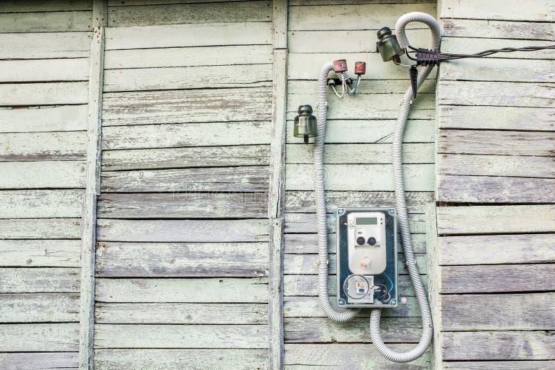 Ejecución eléctrica moderna del metro en la casa de madera vieja al aire libre imagenes de archivo