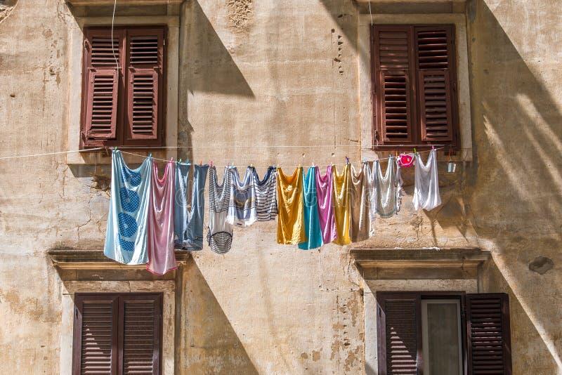 Ejecución lavada del lavadero en las ventanas de la fachada fotografía de archivo libre de regalías