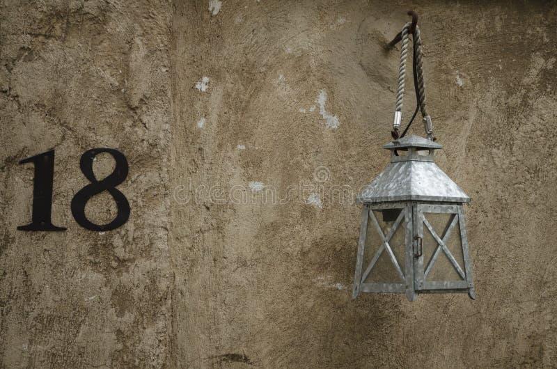 Ejecución ligera de la lámpara en una pared imagenes de archivo