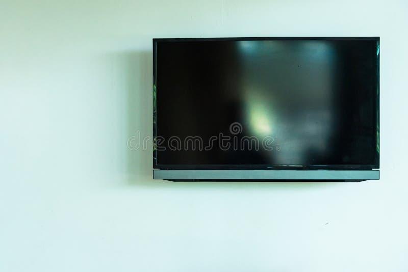 Ejecución llevada de la TV en el fondo blanco de la pared fotografía de archivo