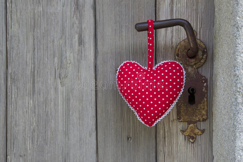 Ejecución punteada polca de la forma del corazón en el tirador de puerta - hecho a mano - corteje imagenes de archivo