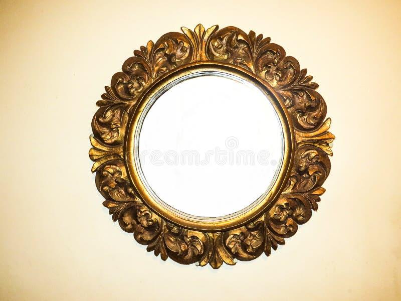 Ejecución redonda vacía del espejo en una pared imágenes de archivo libres de regalías