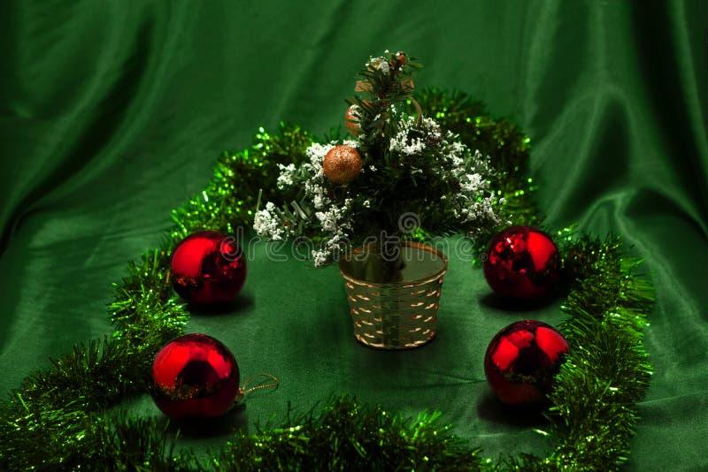 Ejecución roja de la bola en un árbol de navidad imagen de archivo