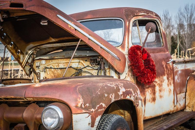 Ejecución roja de la guirnalda de la Navidad en el espejo del camión antiguo imagen de archivo