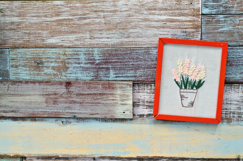 Ejecución roja del marco de madera en un tablero de madera imagen de archivo