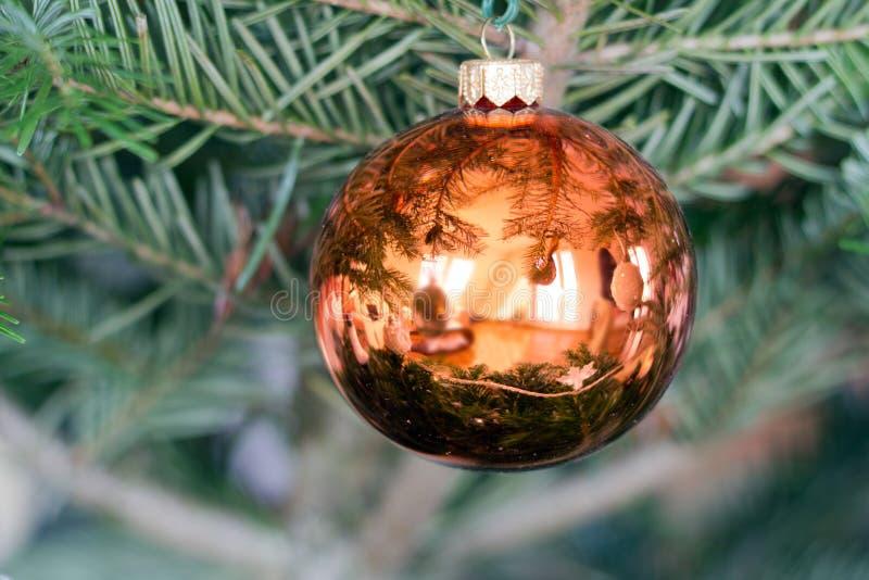 Ejecución roja festiva de la chuchería de la Navidad en un árbol fotos de archivo libres de regalías