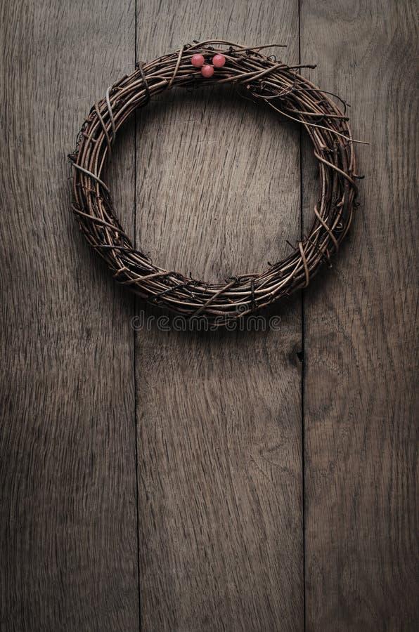 Ejecución simple de la guirnalda de la ramita de la Navidad en la puerta del tablón del roble - Vintag fotografía de archivo