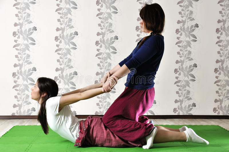 Ejecución técnica del masaje tailandés foto de archivo