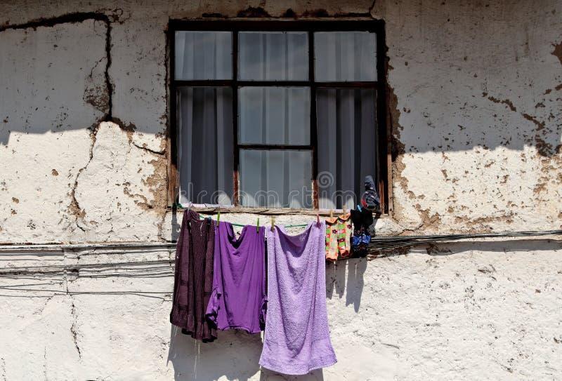 Ejecución violeta del lavadero en la pared foto de archivo