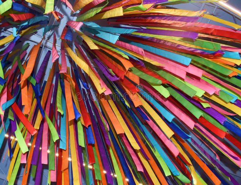 Ejecuciones coloridas de la pared y del techo con las tiras de tela clasificada imágenes de archivo libres de regalías