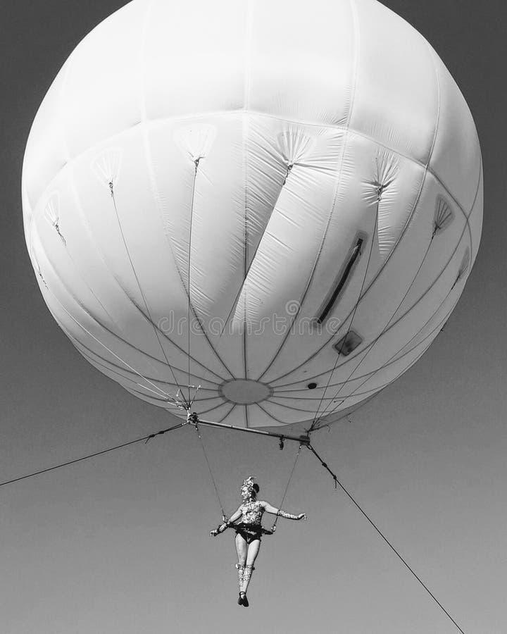 Ejecutante aéreo blanco negro imagen de archivo