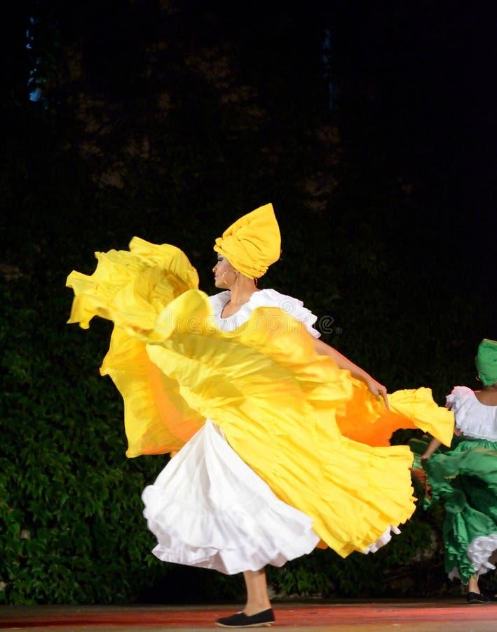 Ejecutante colombiano hermoso de la danza tradicional en la escena fotografía de archivo