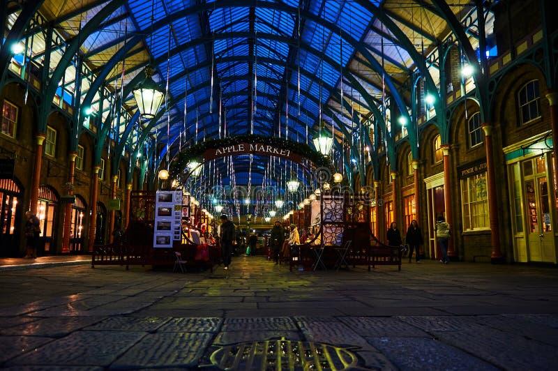 Ejecutante de circo del jardín de Londres Covent en la noche de bajo fotografía de archivo libre de regalías
