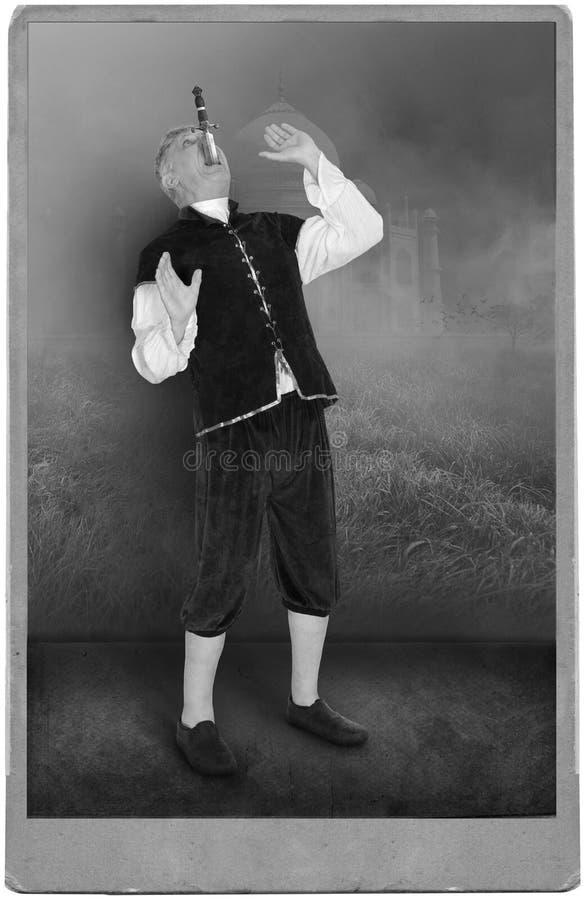 Ejecutante de circo del vintage, carnaval, espada Swallower, acto, demostración imágenes de archivo libres de regalías