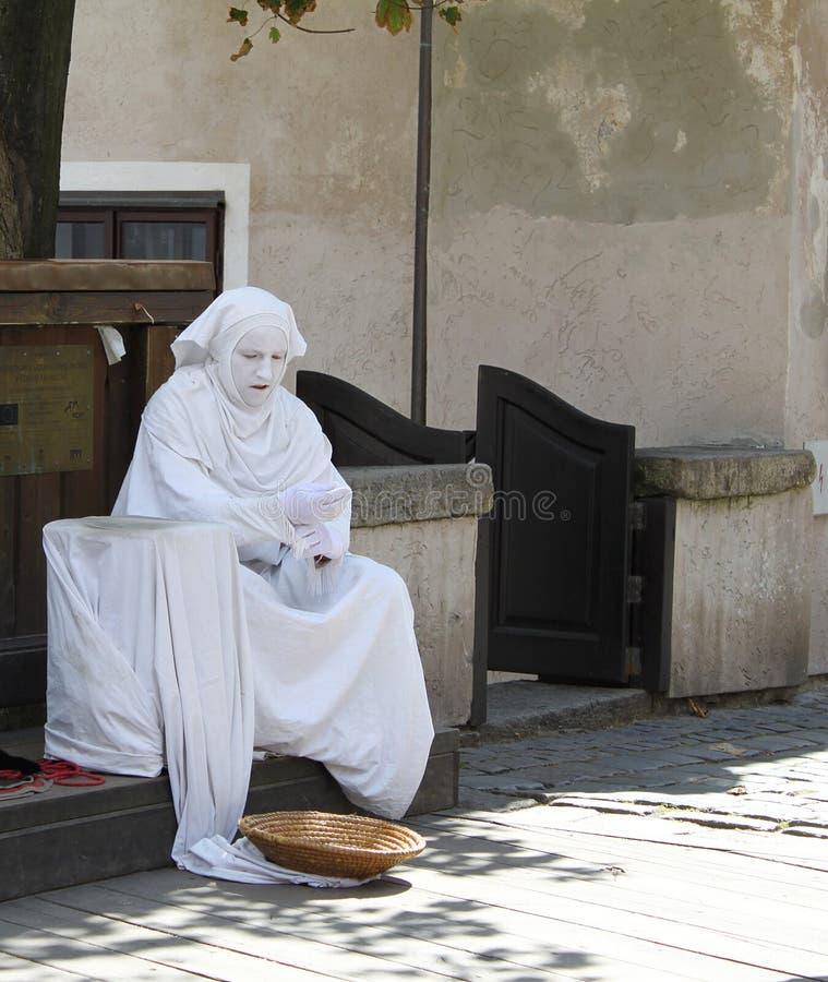 Ejecutante de la calle que descansa entre los actos foto de archivo libre de regalías