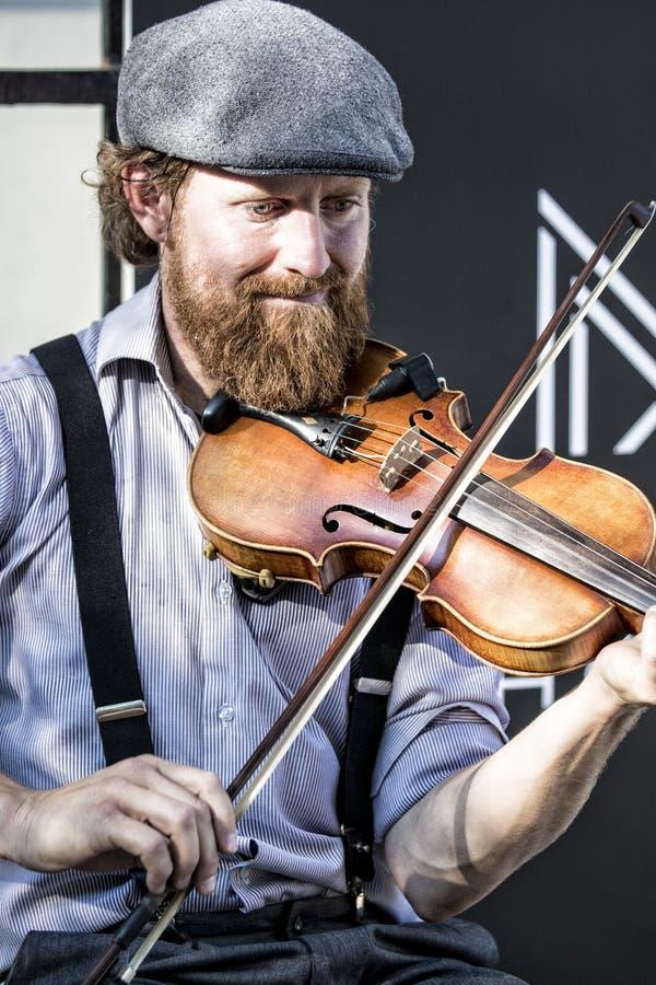 Ejecutante del violín en calles de la ciudad de Quebec imagen de archivo