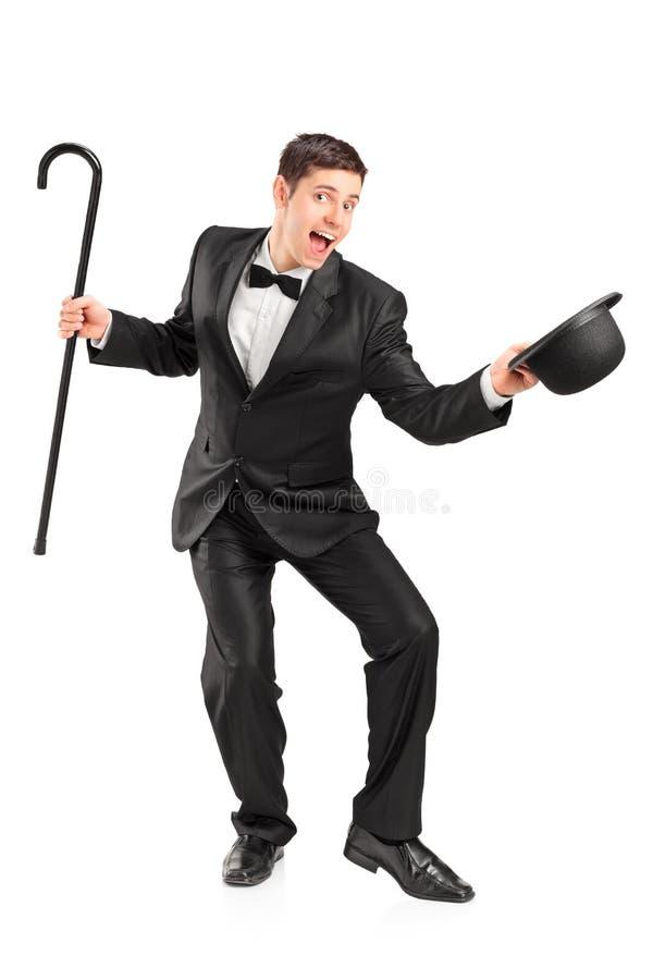 Ejecutante joven con gesticular del bastón y del sombrero