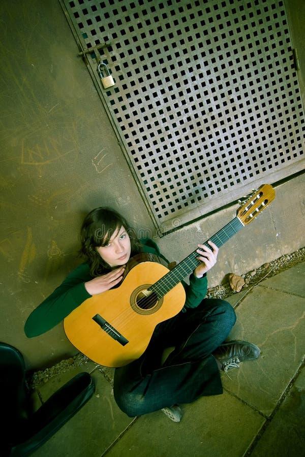 Ejecutante joven de la guitarra fotos de archivo
