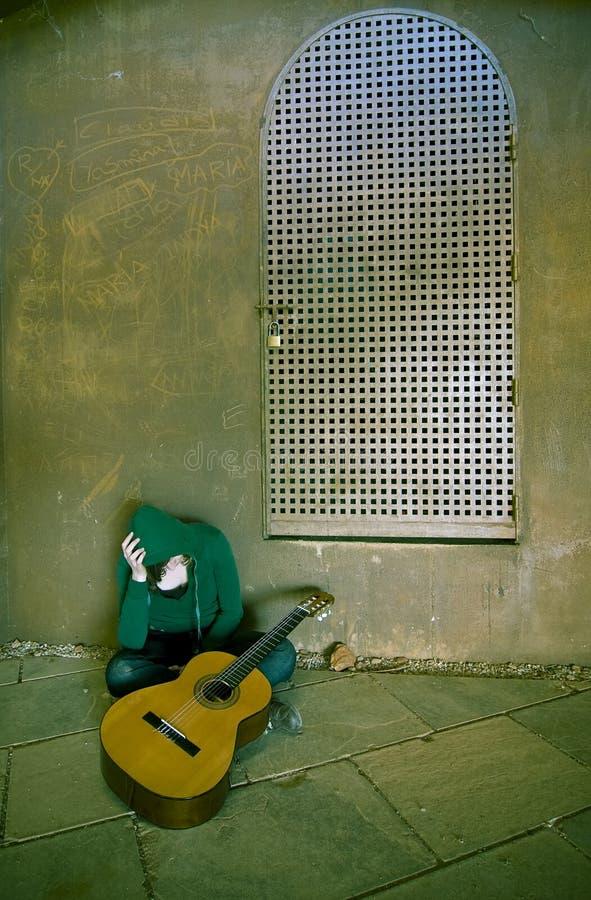 Ejecutante sufridor joven de la guitarra imagen de archivo libre de regalías