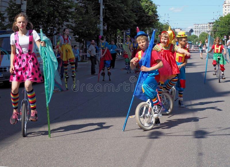 Ejecutantes de circo jovenes en ciclos fotografía de archivo libre de regalías