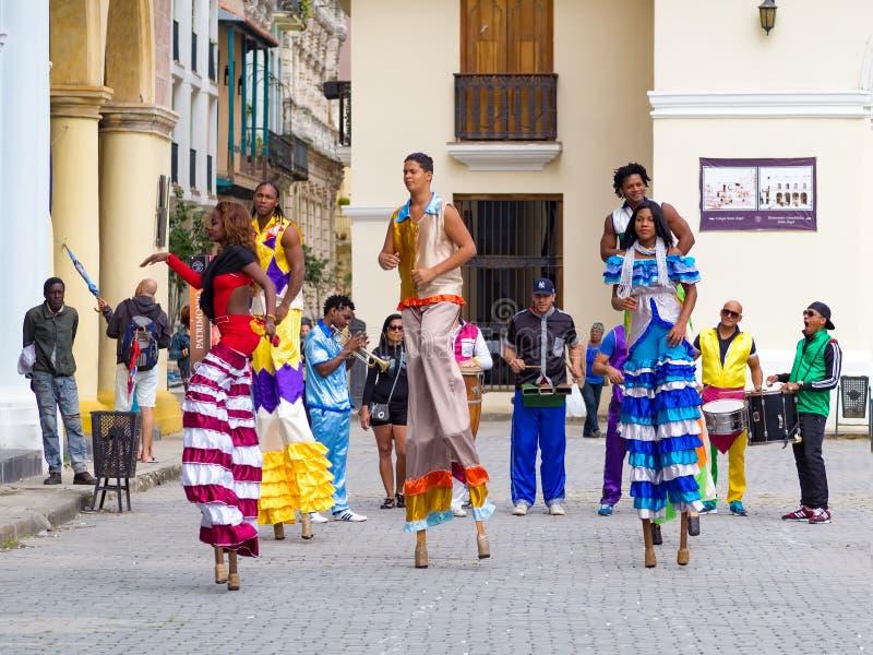 Ejecutantes de la calle que bailan en los zancos en La Habana vieja fotografía de archivo