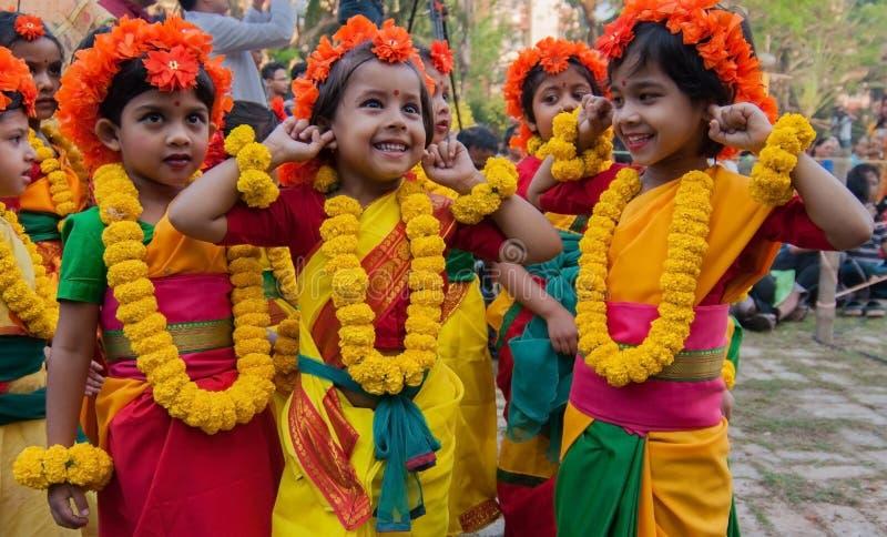 Ejecutantes de la danza de los niños que gozan en el festival de primavera fotos de archivo