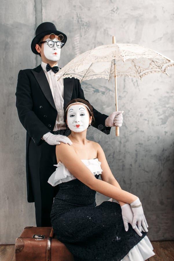 Ejecutantes del teatro de la pantomima que presentan con el paraguas imagen de archivo libre de regalías