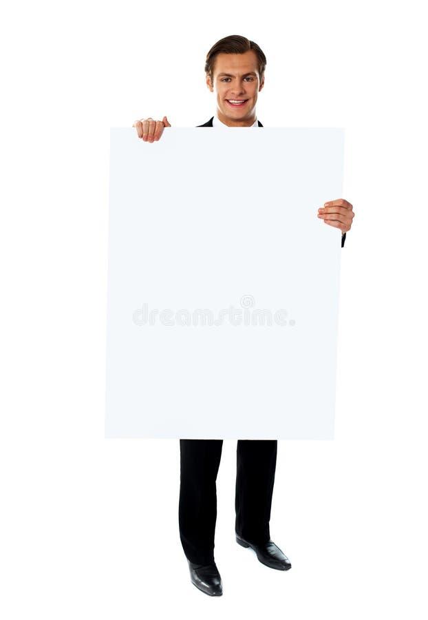 Ejecutivo de operaciones que promueve el anuncio en blanco grande de la bandera imagenes de archivo