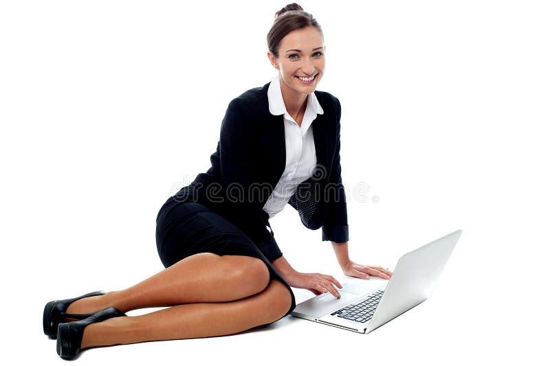 Ejecutivo de operaciones que trabaja en el ordenador portátil foto de archivo libre de regalías