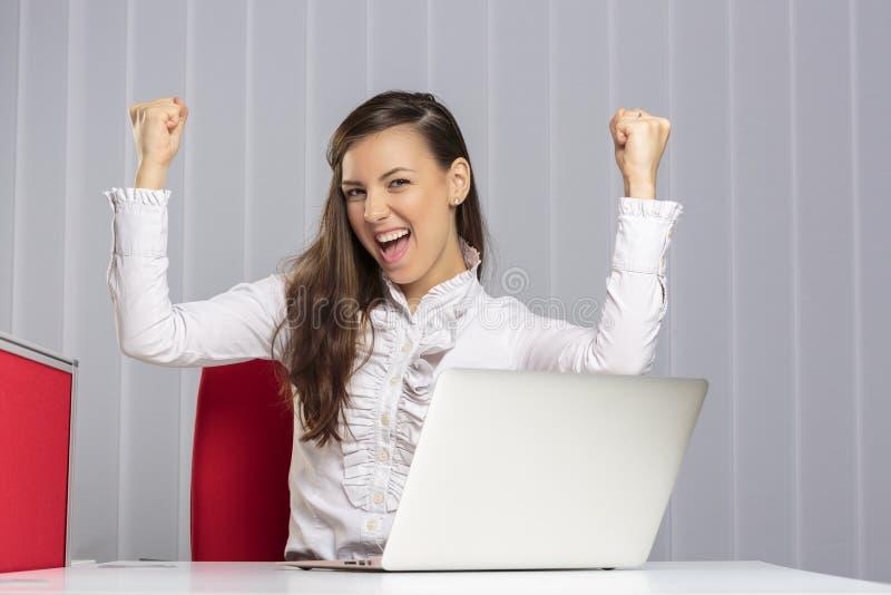 Ejecutivo de sexo femenino emocionado imagen de archivo libre de regalías