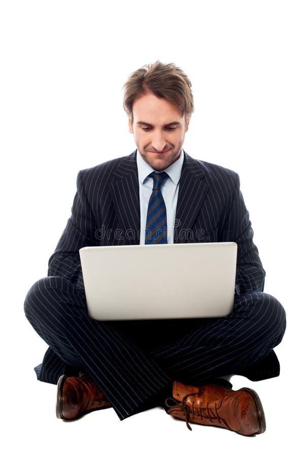 Ejecutivo de sexo masculino corporativo con el ordenador portátil imagen de archivo libre de regalías