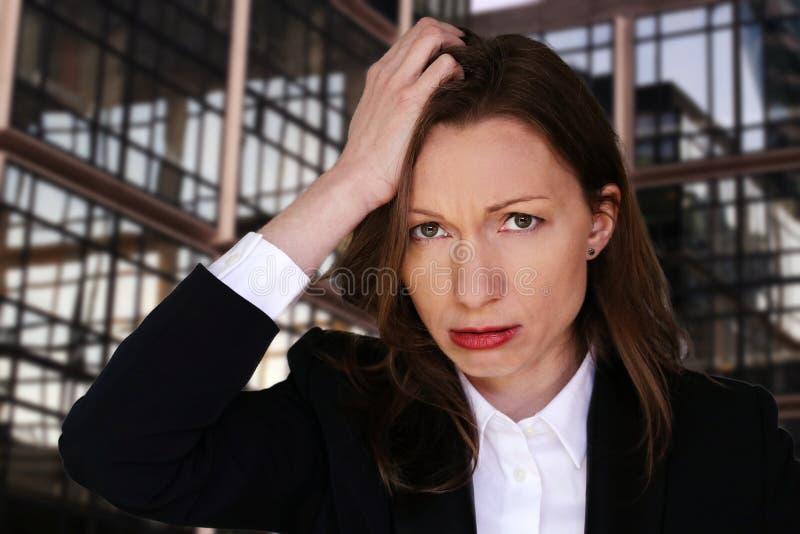 Ejecutivo desempleado preocupante de la oficina de la mujer de negocios de la crisis financiera foto de archivo