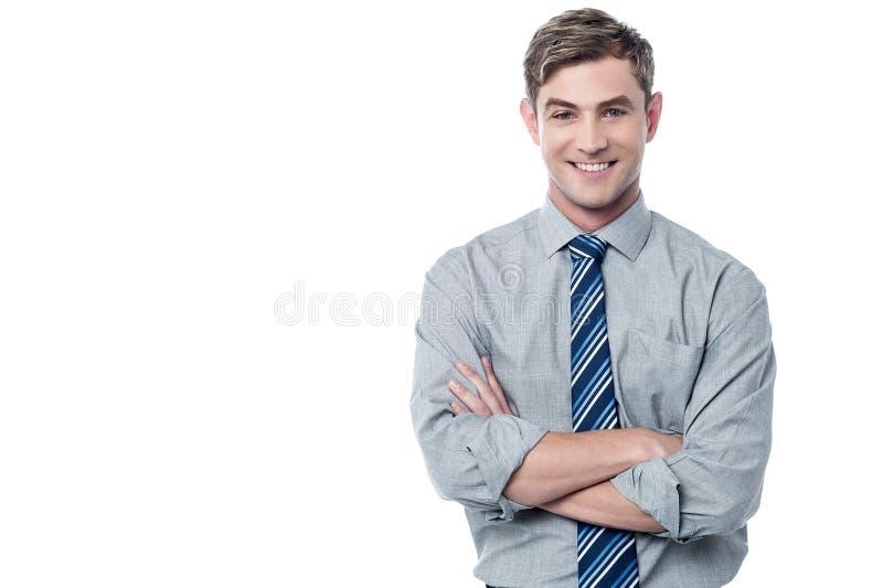 Ejecutivo empresarial cruzado sonriente de los brazos imagenes de archivo