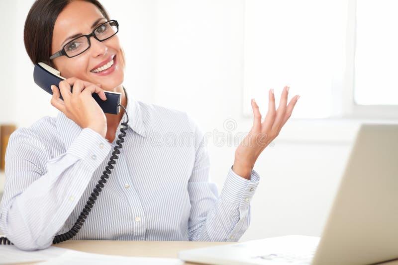 Ejecutivo empresarial de sexo femenino que habla en el teléfono imágenes de archivo libres de regalías