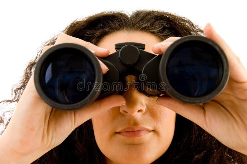 Ejecutivo joven atractivo que usa los prismáticos imagen de archivo libre de regalías