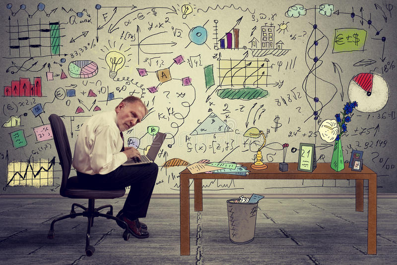 Ejecutivo mayor del hombre de negocios que trabaja en el ordenador portátil en oficina imagen de archivo