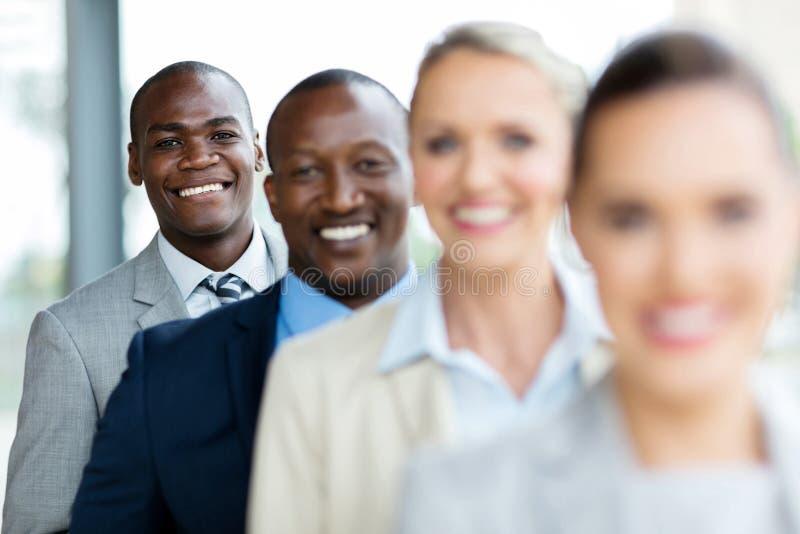 ejecutivos de operaciones que colocan fila imagenes de archivo