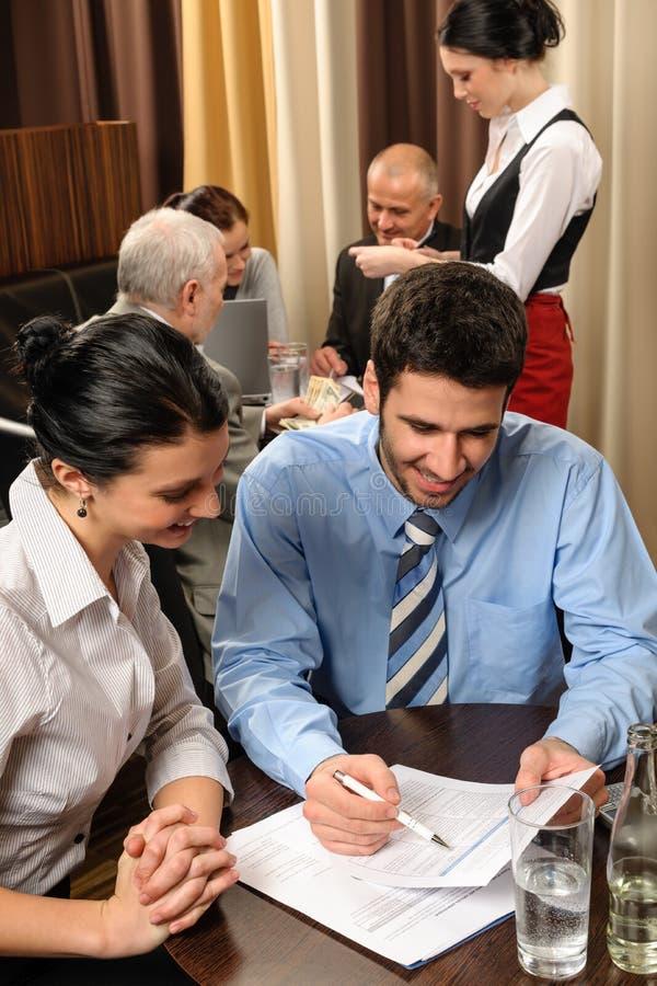 Ejecutivos jovenes de la reunión de negocios en el restaurante imagen de archivo libre de regalías