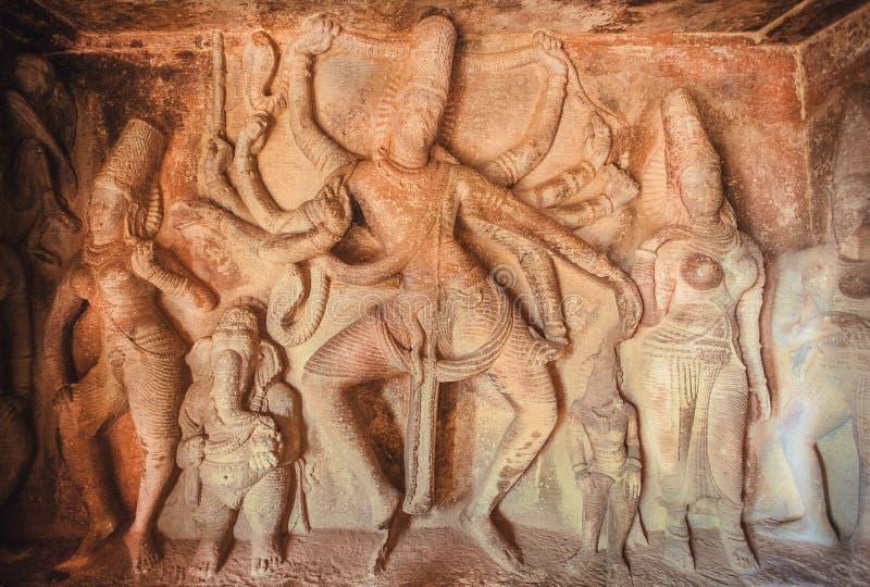 Ejemplo de ilustraciones indias del siglo VII cercano, de Ganesha y de Shiva de baile con muchos heands dentro del templo hindú,  foto de archivo libre de regalías
