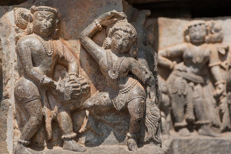 Ejemplo de ilustraciones indias del siglo XII cercano, de bailarines y del músico en la pared del templo hindú, Halebidu, la Indi fotos de archivo libres de regalías
