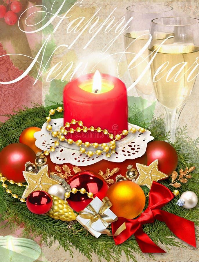Ejemplo de la Navidad Bebida tradicional del Año Nuevo, champán, vidrio con el vino blanco, decoraciones de la Navidad, vela ardi foto de archivo libre de regalías